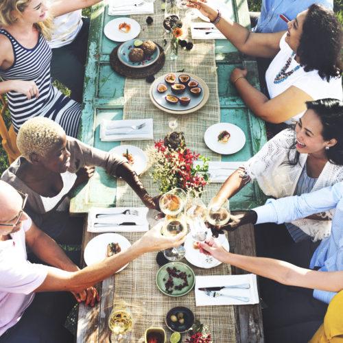 Groupe de personne à table